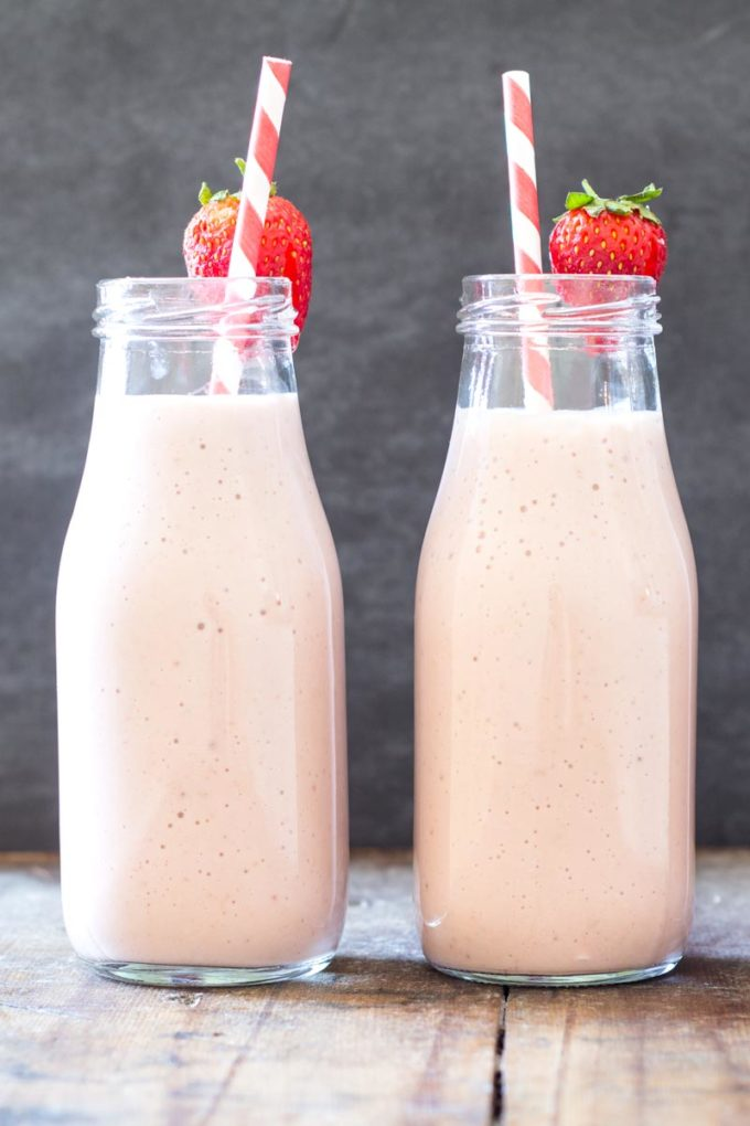 The easiest, quickes, healthiest and most insanely delicious snack drink you've tried in your life! This Easy Strawberry Banana Milkshake is a keeper!